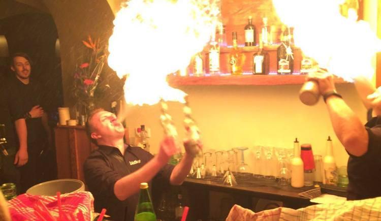 Bar Fümreif in St. Geoergne im Attergau. Chartsfrei durch die Nacht, ab 20 Jahren. Auf die Gäste warten leckere Cocktails, Showeinlage und Livemusik.