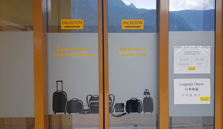 Walk through Hallstatt without luggage! Just drop it off at the luggage depot!