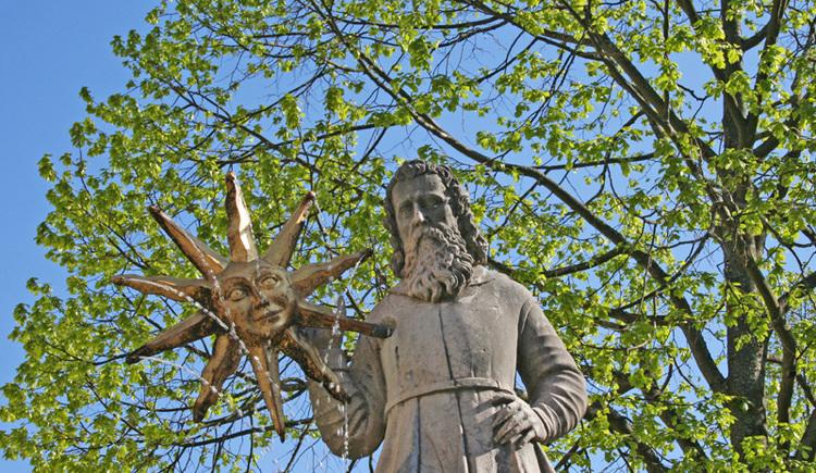 Der Mann mit der Sonne am Marktbrunnen (© Ferienregion Böhmerwald)