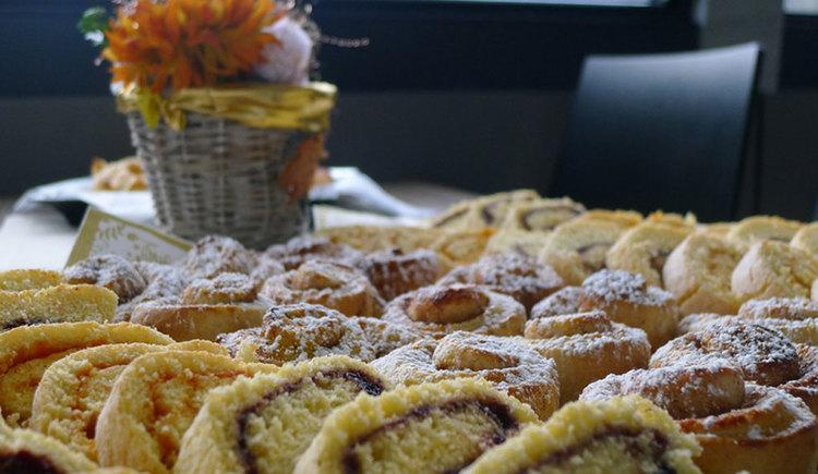 buffet with sweet dishes. (© Mondsee Schifffahrt Hemetsberger)