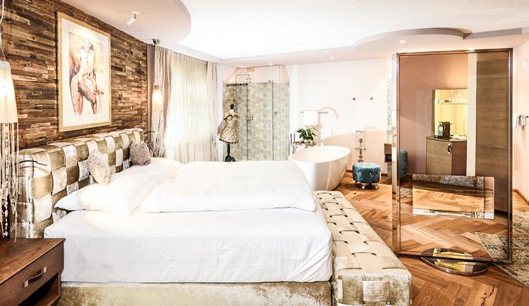 45m²Edelstes Design, gepaart mit großzügigem Wohngefühl! Baden in einem Meer an Gefühlen. Genießen in einem Bett, das jeder Prinzessin Ehre machen würde! Erleben Sie die sinnliche Berührung des Seins in luxuriösem Ambiente in Ihrer Romantik Suite am Bergergut in Oberösterreich! \