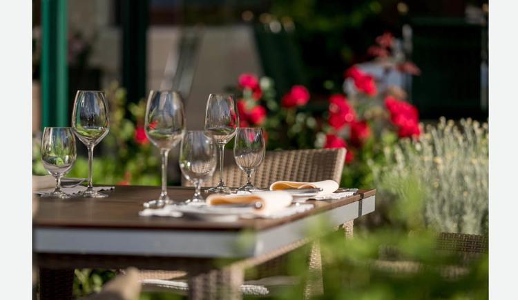 gedeckter Tisch mit Gläser und Servietten. (© Lackner)
