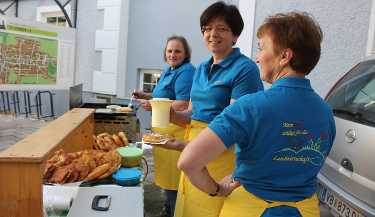 Die frischen Bauernkrapfen am Attergauer Wochenmarkt von den St. Georgener Bäuerinnen sind ein wahrer Gaumenschmaus. (© TVB Attergau)
