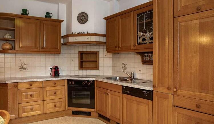 Voll eingerichtete Küche in der Butchi-Suite Bad Goisern. (© Sommerfrische Apartments)