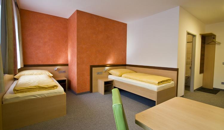 Einzelbetten orange Fensteransicht