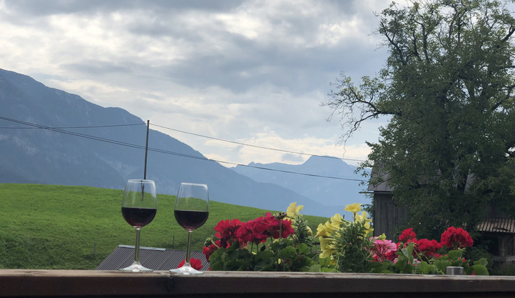 Die Ferienwohnung bietet einen Balkon mit Blick auf die nahe liegende Bergwelt der Ferienregion Dachstein Salzkammergut.