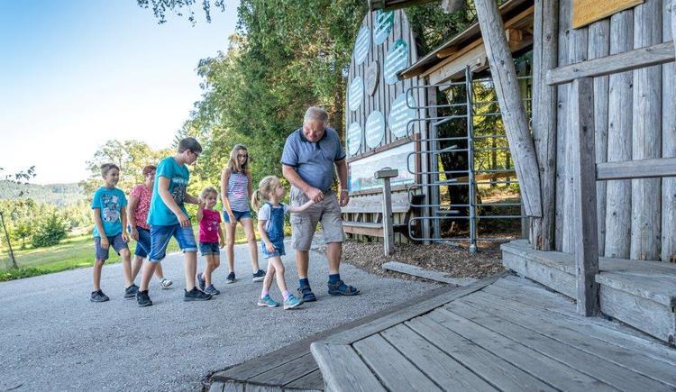 Familie beim Eingang (© Baumkronenweg Kopfing, OÖ)