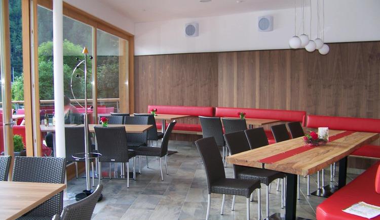 Der Innenraum vom Seecafe ist hell gestaltet und lädt zum Verweilen ein. (© Johann Immervoll)
