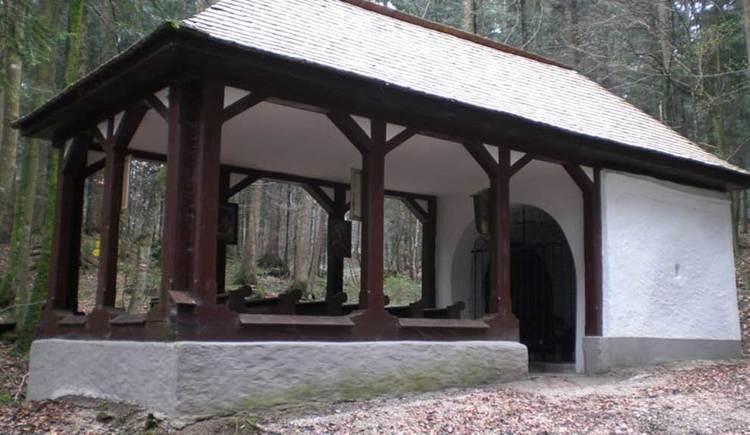 Bllick auf eine kleine Kapelle im Wald. (© www.mondsee.at)