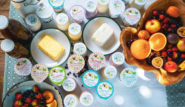 diverse Produkte aus Milch mit Obstkorb. (© Seminar- und Biobauernhof Aubauer)