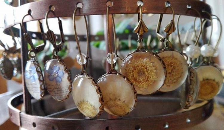 Ohrringe aus Steinen. (© Ellmauer)