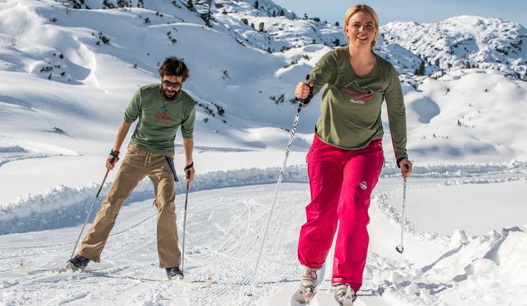Zwei Langläufer üben ihren Wintersport am Dachstein Krippenstein aus. (© Pictoresk.at)