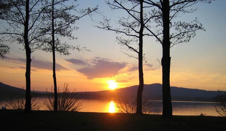 Sonnenuntergang vom Ufer mit Blick auf den Mondsee. (© Fam. Winklhofer)