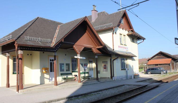 Foto zeigt den Bahnhof der Atterseebahn (früher Attergaubahn) in St.Georgen im Attergau. (© TVBAttersee-Attergau_SimonePuchner)