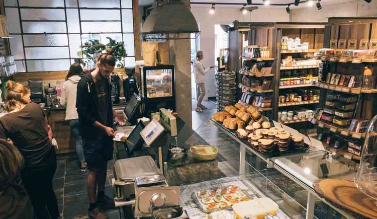Looking into the business with people, products. (© Tourismusverband MondSeeLand)