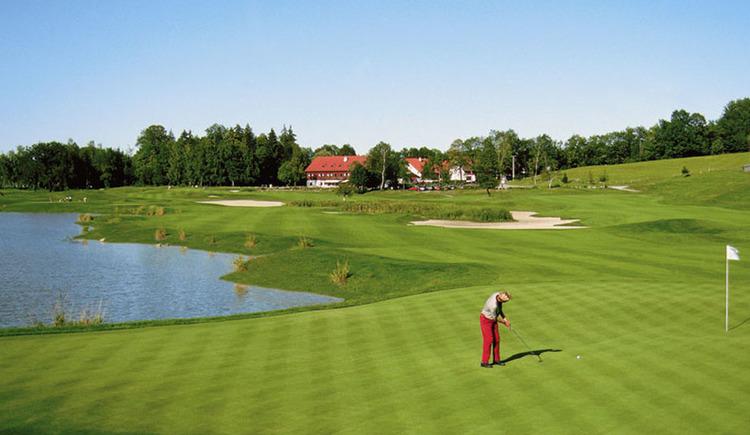 Golfspieler am Golfplatz, seitlich ein kleiner Teich. (© Golfclub Gut Altentann)