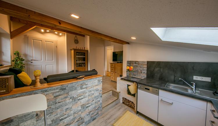 Modern eingerichtete und komplett ausgestattete Küche