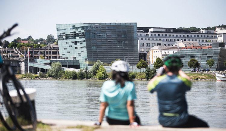 Fotostopp in Linz mit Blick auf das AEC. (© Oberösterreich Tourismus GmbH/Moritz Ablinger)