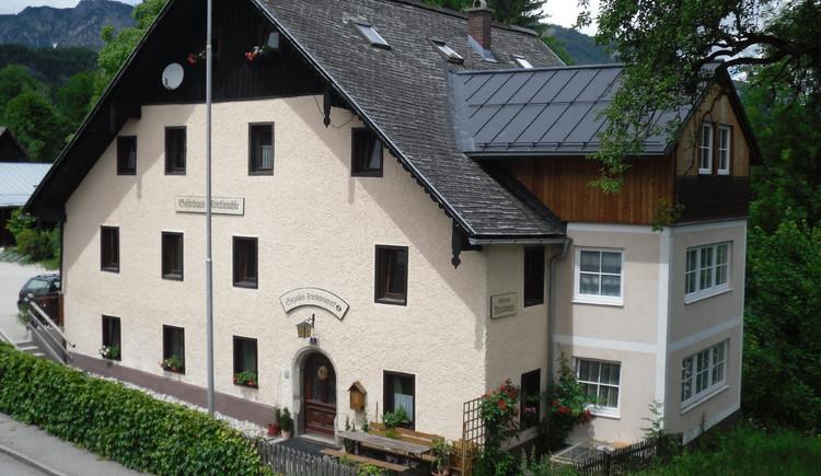 Jugendgästehaus Mörtlmühle zentral neben der Traun gelegen. (© Helmut Elsasser)