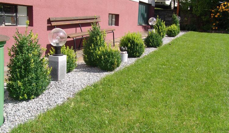 Gartenanlage mit Sitzmöglichkeit (© Privat)
