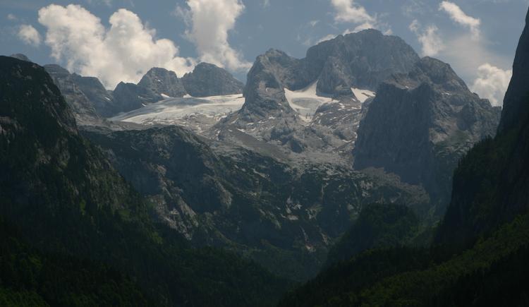 Blick vom Gosausee auf den Dachsteingletscher. (© Grill Elisabeth)