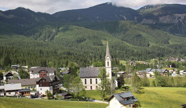 Blick vom Kalvarienberg auf die evangelische Kirche. (© Ferienregion Dachstein Salzkammergut)