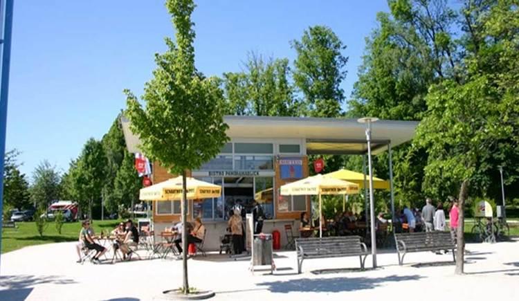 Blick auf das Bistro Panoramablick, umringt von Bäumen und Wiesen. (© www.mondsee.at)