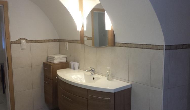 Das Ferienappartement bietet ein helles und gut ausgestattetes Bad. (© Johann Höll)