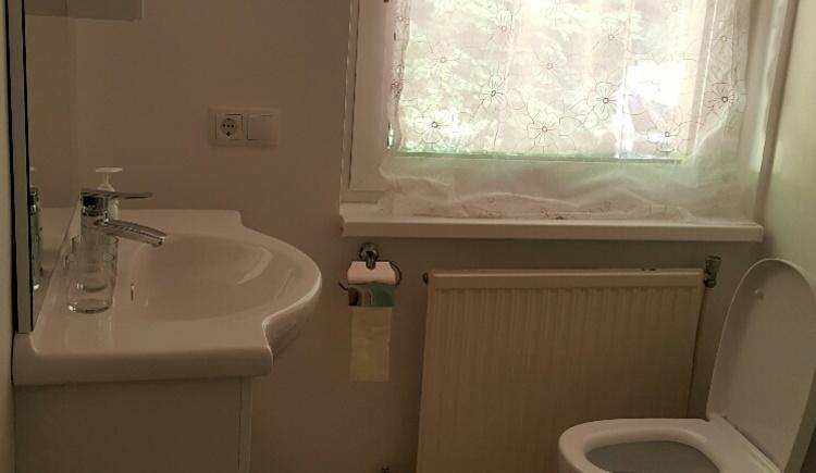 Das Foto zeigt das Badezimmer mit Waschbecken. (© Promberger Alfred)
