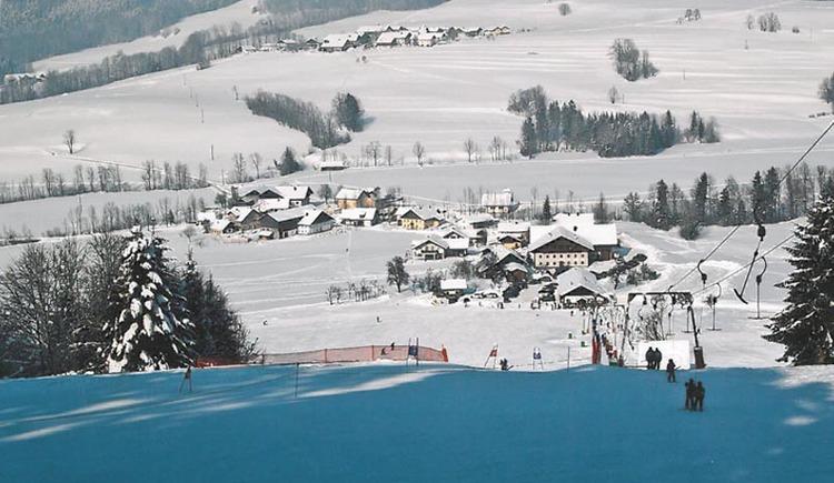 Schnee, Bäume, Häuser, Schlepplift.