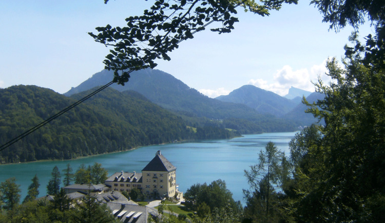 View across lake Fuschlsee with the castle Fuschlsee in the foreground. (© Familie Maier)