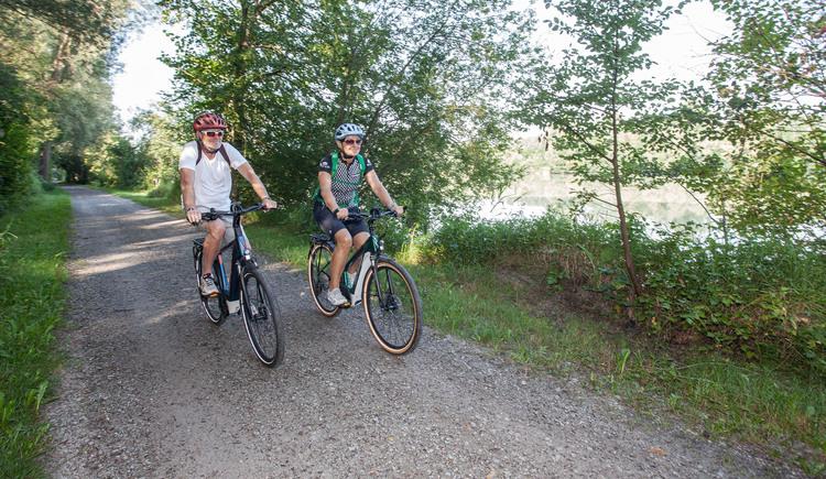 Radfahren im InnviertelZu sehen sind zwei Radfahrer die am Innradweg unterwegs sind. (© ARGE Innradweg | Josef Reiter)