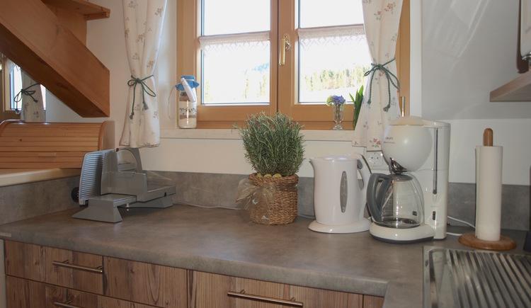 Voll ausgestattete Küche mit Wasserkochen, Kaffeemaschine und Aufschnittmaschine. (© Pomberger)