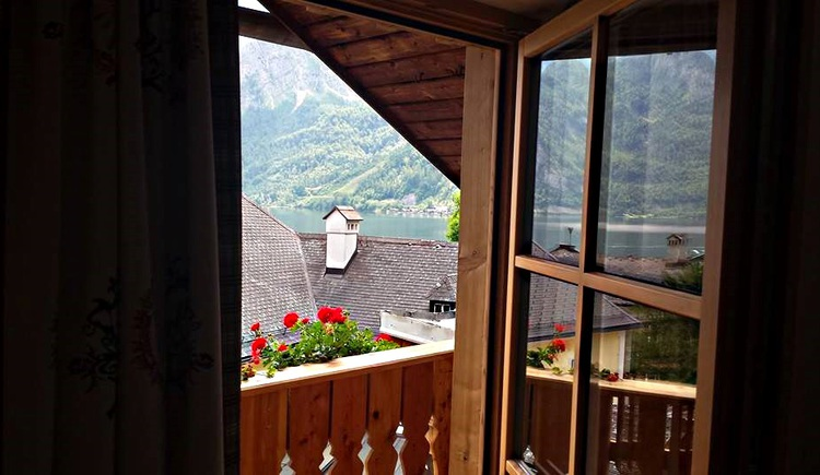 Auf dem Foto sieht man die Aussicht von einem Balkon eines Doppelzimmers. (© Seewirt Zauner)