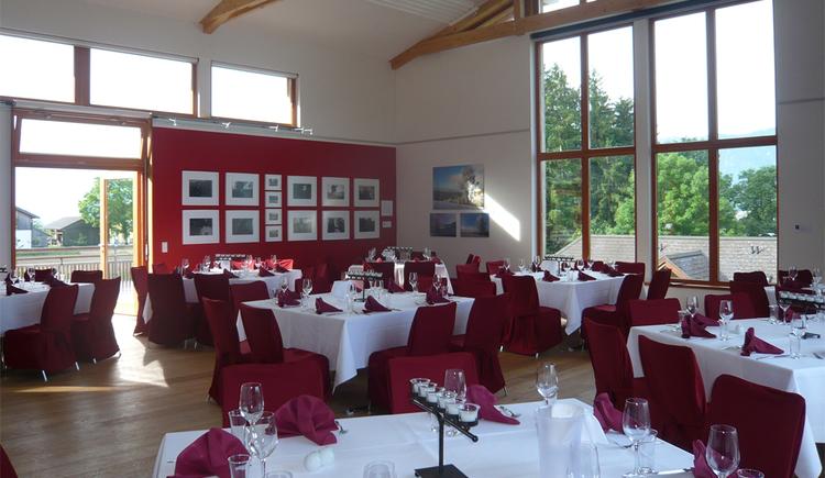 Blick in den Raum mit festlichen gedeckten Tischen und Stühlen, Tische mit Servietten, Gläser, Besteck, Kerzen gedeckt. (© Tourismusverband MondSeeLand)