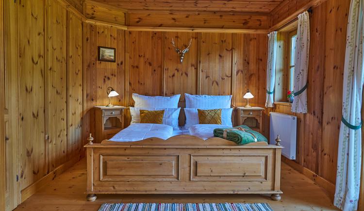 Das gemütliche Doppelzimmer ist zum Großteil aus Holz gemacht. (© Ewinger Lodge)