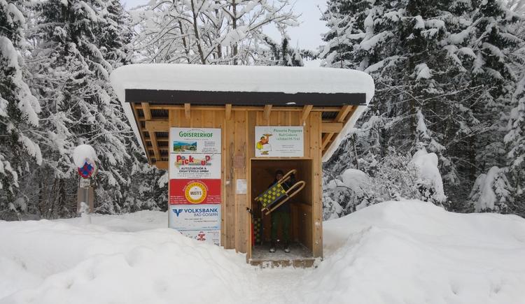 Direkt beim Parkplatz befindet sich eine kleine Hütte mit 40 Leihrodeln, die je nach Verfügbarkeit gratis geliehen werden können. (© Unterberger Christopher)
