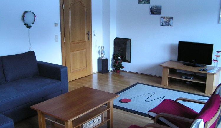 Das Wohnzimmer mit dem gemütlichen Sofa und dem TV. (© Abel Gans)