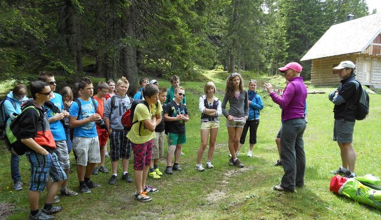 Einer Schulgruppe wird durch eine Information von Betty die Natur näher gebracht. (© Betty Jehle)
