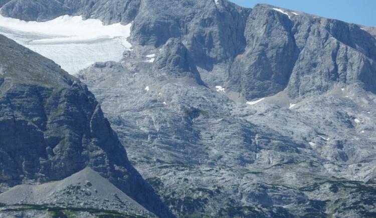 The photo shows the Dachstein plateau with view to the Simony Hut. (© Ferienregion Dachstein Salzkammergut)