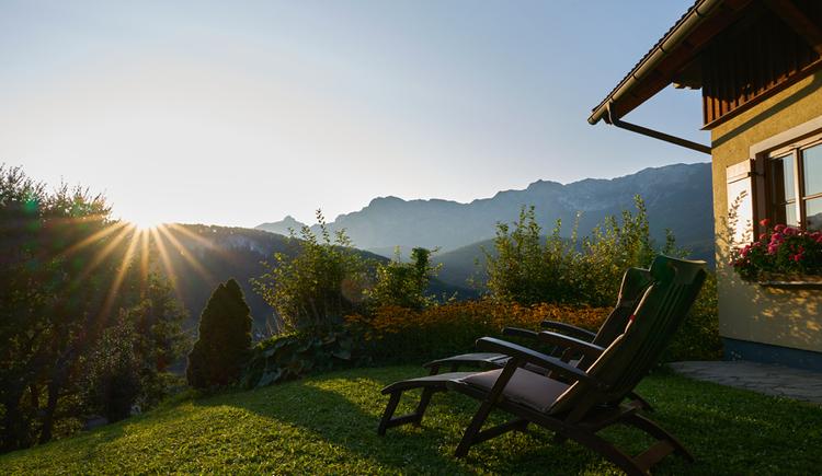 Der Garten der Ewinger Lodge in Bad Goisern lädt zum Entspannen ein. (© Ewinger Lodge)