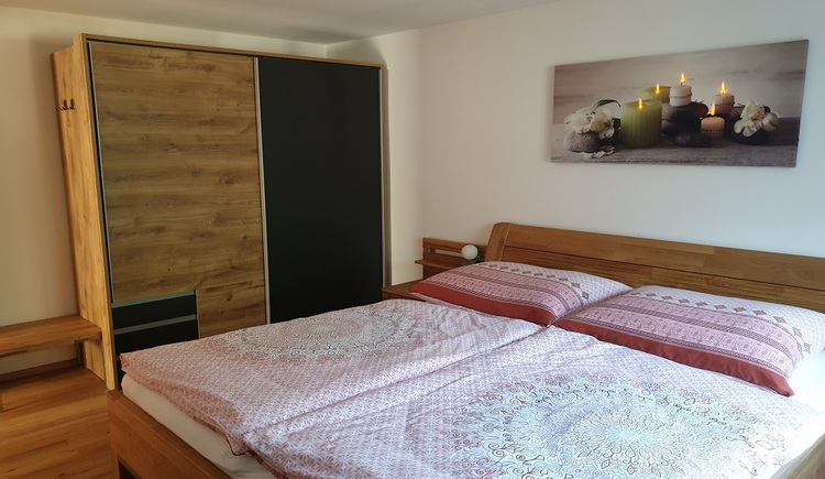 Schlafzimmer mit Kleiderschrank in der Ferienunterkunft Haus 66 in Obertraun. (© Johann Höll)