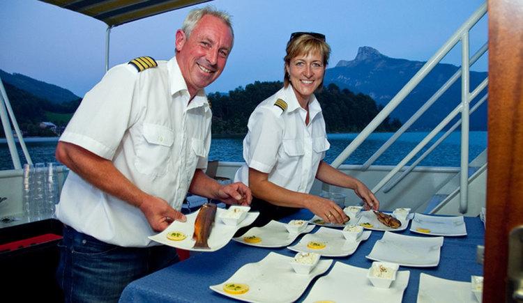 The captains Mr. und Mrs. Hemetsberger are preparing dishes on the ship for the Fishing Captain's Dinner. (© Mondsee Schifffahrt Hemetsberger)