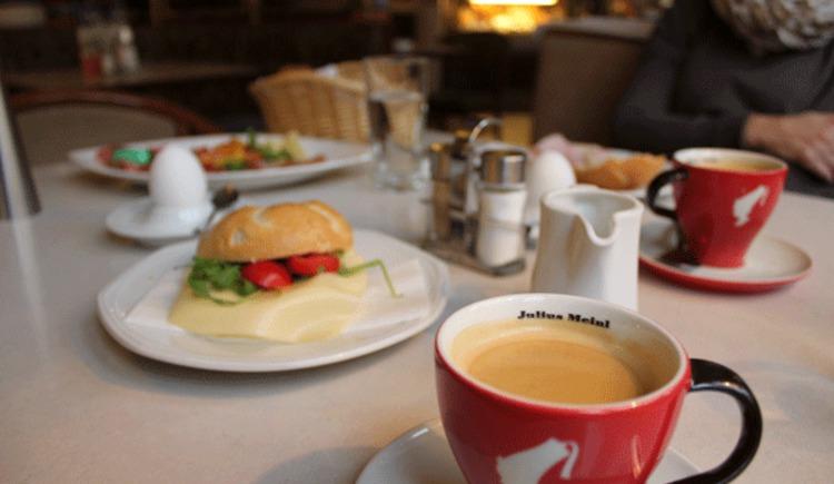 Beispiel gedeckter Frühstückstisch Konditorei Gassner. (© TVB Attersee-Attergau)
