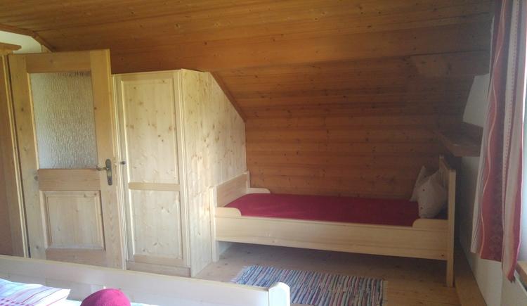 Das zweite Schlafzimmer ist mit getrennten Betten ausgestattet und ideal für Kinder. (© Unterberger)