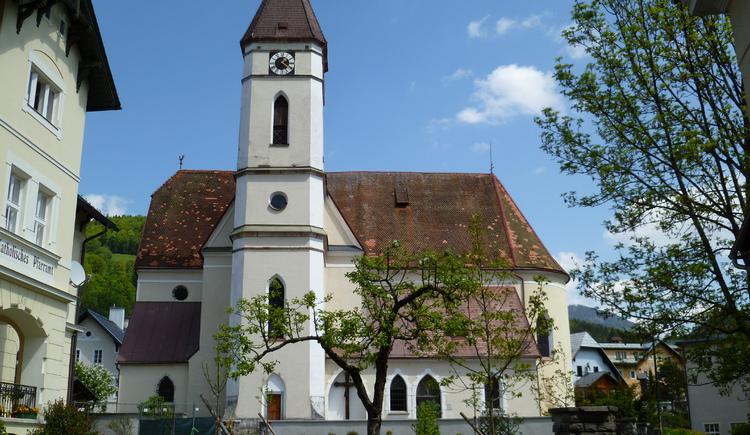 Hier siehst du die katholische Kirche in Bad Goisern am Hallstättersee mit dem Seiteneingang. Auf der linken Seite befindet sich der Pfarrhof. (© Ferienregion Dachstein Salzkammergut)
