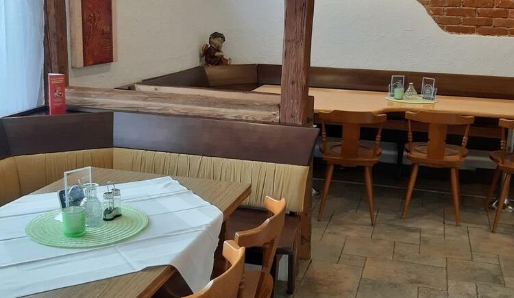 Gststube mit langem Tisch (© Krenbrücke | Privat)