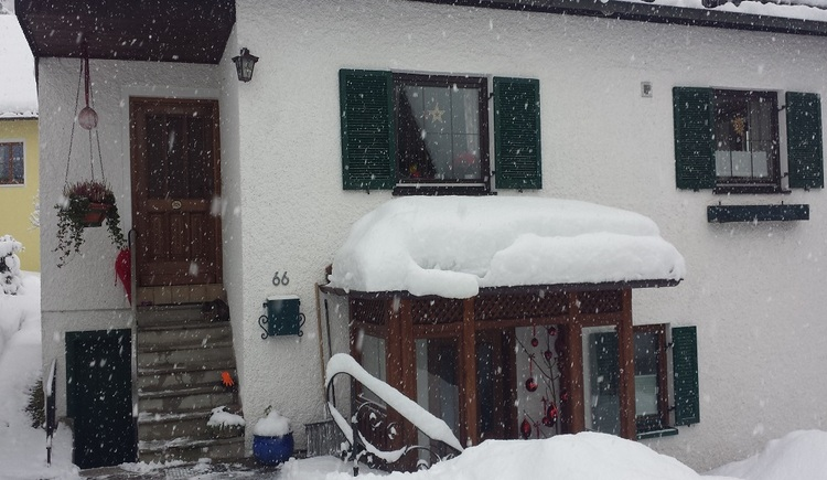 Die Aufnahme zeigt die Außenansicht vom Haus 66 in einem schneereichen Winter. (© Johann Höll)
