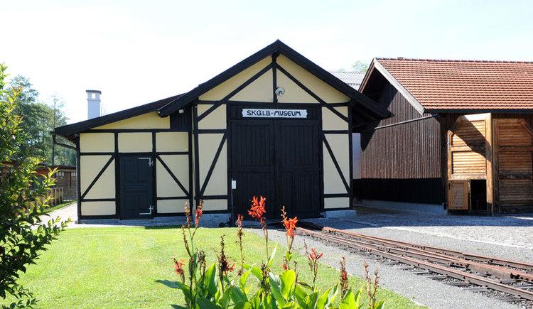 Außenansicht des Salzkammergut Lokalbahn Museums. (© www.mondsee.at)