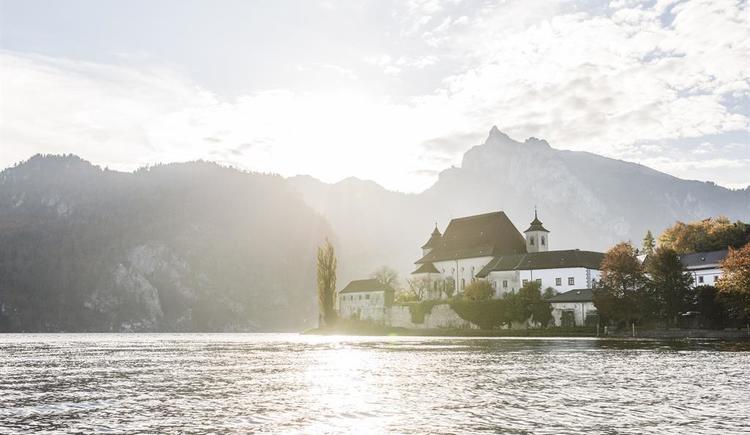Kloster Traunkirchen anschließend an das Hotel (© (c) www.dastraunsee.at)